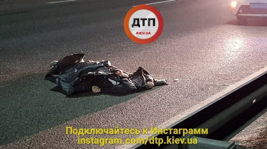 Под Киевом Хендай насмерть сбил пешехода-наршителя, размещены фото сместа трагедии
