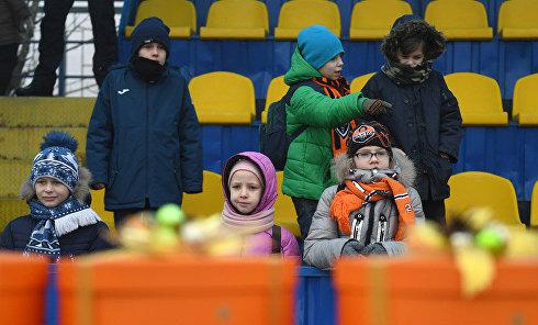 Игроки Шахтера поздравили детей-переселенцев с Новым годом