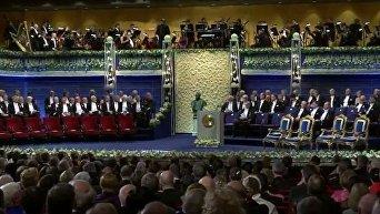 Церемония награждения Нобелевскими премиями за 2017 год началась в Стокгольме. Видео
