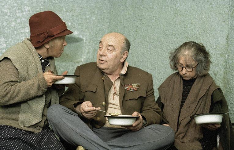 Ольга Волкова, Леонид Броневой и Лия Ахеджакова - эпизод фильма Небеса обетованные