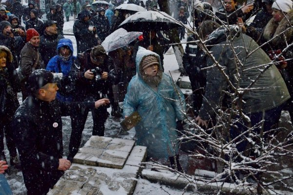 Сторонники Саакашвили разбили витрину магазина Roshen возле следственного изолятора СБУ в Киеве