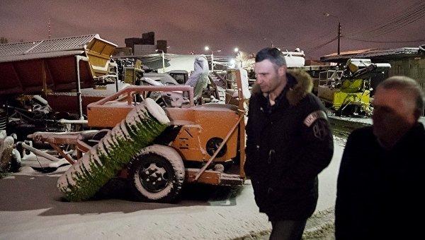 Виталий Кличко контролирует ночную уборку снега в Киеве. Архивное фото