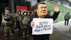 Активист в маске Януковича под судом, где будет избираться мера пресечения Михаилу Саакашвили