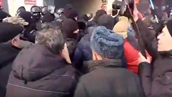 Возле суда михомайдановцы идут в наступление под крики Банду геть. Видео