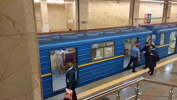 Вметро столицы Украины голый мужчина курил и грозил работникам подземки «обнимашками»