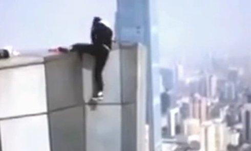 Китайский руфер снял на видео собственную гибель. Видео