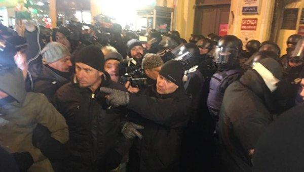 Активисты устроили давку под судом, где освободили Саакашвили