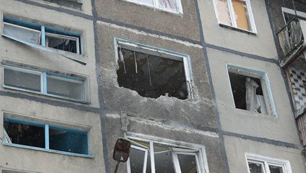 Дом, пострадавший в результате обстрела в Донецке. Архивное фото