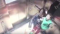 В Китае няня избила ребенка в лифте