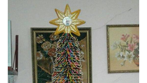 Елка из цветных карандашей собрана в Одесской области