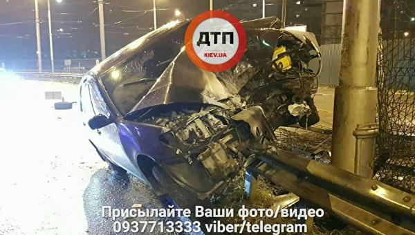 ВКиеве шофёр снес 30 метров отбойника и убежал, бросив раненую пассажирку