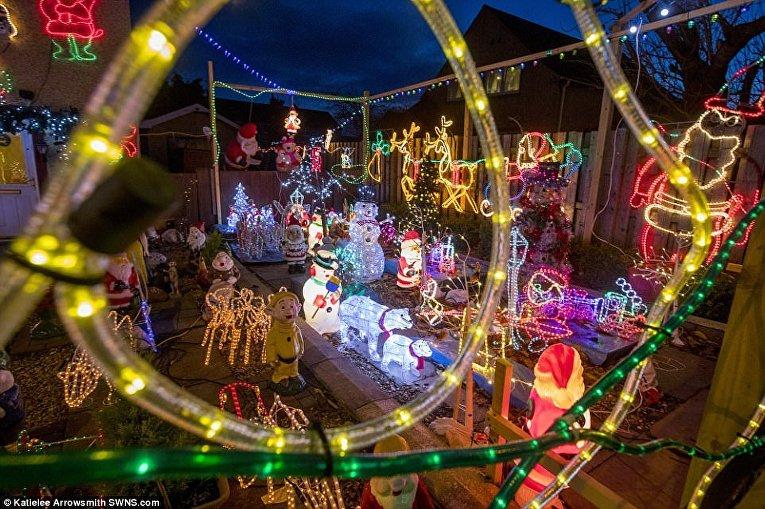 Британец каждый год украшает свой дом и двор к Рождеству