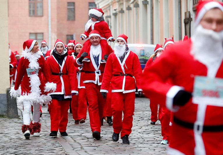 Традиционный забег Санта-Клаусов в Риге