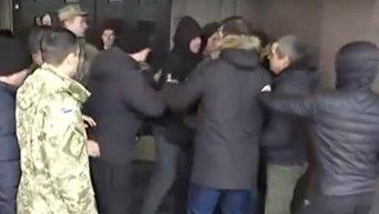 Драка во время митинга актеров театра им. Саксаганского в Киеве