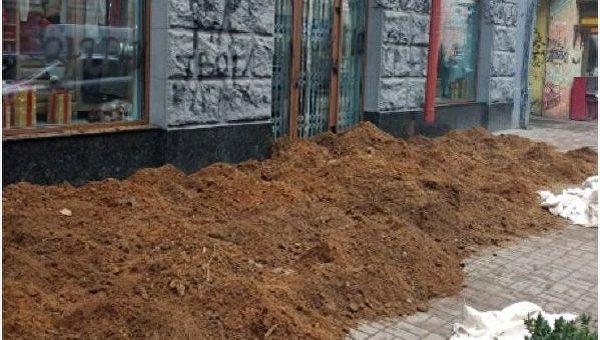 ВКиеве активисты заблокировали навозом вход вбутик— Высокая мода