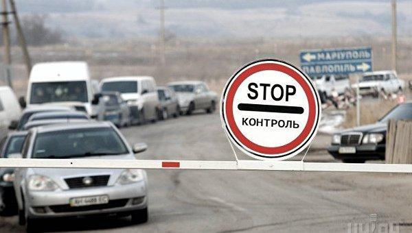 Автомобили стоят перед контрольно-пропускном пунктом (КПП) в с. Гнутово. Архивное фото