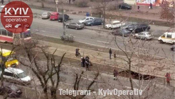 Наулице Тростянецкой вКиеве перекрыли движение транспорта из-за провала асфальта