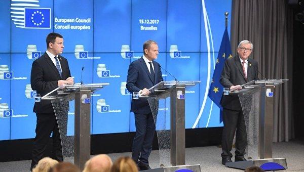 Председатель Европейского совета Дональд Туск и председатель Европейской комиссии Жан-Клод Юнкер на саммите ЕС