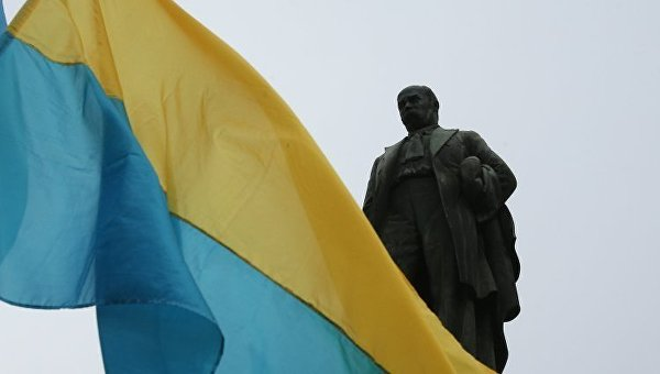 Флаг Украины возле памятника Тарасу Шевченко