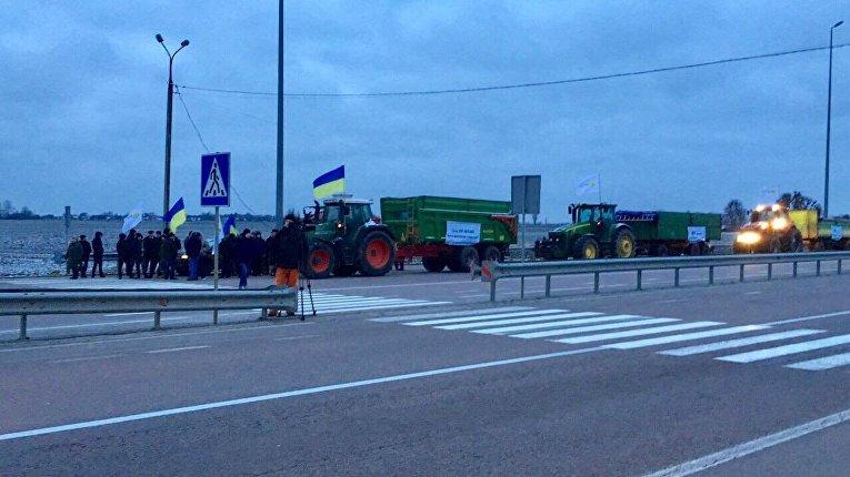 Аграрии перекрыли трассу в городе Корец Ровенской области