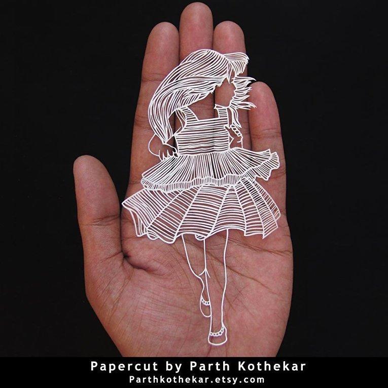 Художник создает шедевры из бумаги