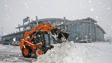Аэропорт Киев занесло снегом