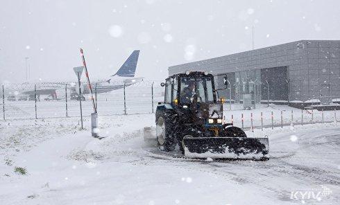 """Аэропорт """"Киев"""" засыпало снегом"""