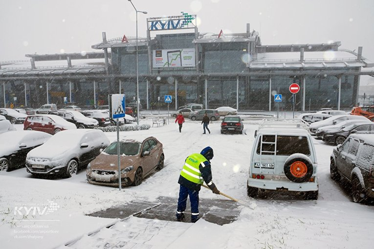 Аэропорт Киев засыпало снегом
