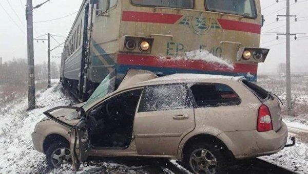 Поезд протаранил автомобиль под Киевом