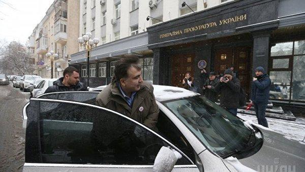 Лидер партии Рух новых сил, экс-председатель Одесской ОГА Михаил Саакашвили садится в автомобиль возле здания Генпрокуратуры, в Киеве, 18 декабря 2017 г. Михаил Саакашвили заявляет, что пойдет на допрос в СБУ, а в Генеральную прокуратуру Украины - нет.