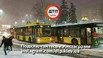 Троллейбусы остановили на Севастопольской площади в Киеве