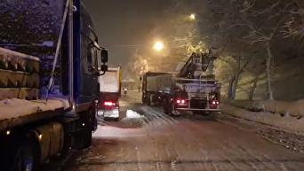 Киев в снежной ловушке: появились кадры пробки из фур. Видео