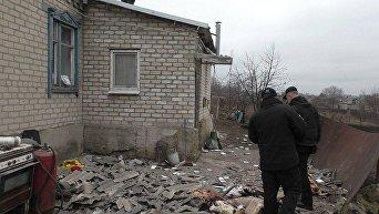 Последствия обстрела в Новолуганском Донецкой области. Архивное фото