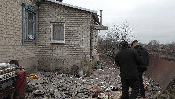 Последствия обстрела ополченцами в Новолуганском Донецкой области.Архивное фото