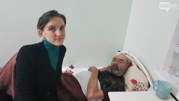 Волонтер Наталья Наумова и пострадавший парализованный дядя Ваня
