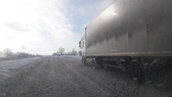 Около сотни грузовиков застряли в сугробах на Одесской трассе