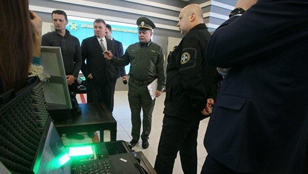 Аваков и Турчинов показали систему фиксации биометрических данных