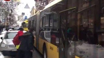 Автомобиль Nissan заблокировал движение троллейбусов в центре Киева