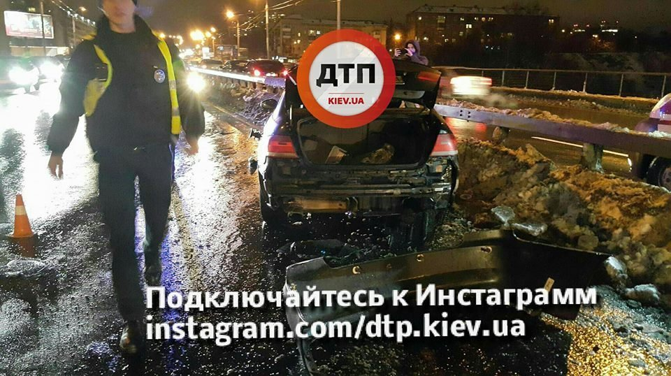 Смертельное ДТП вКиеве— БМВ протаранил отбойник и«взлетел»