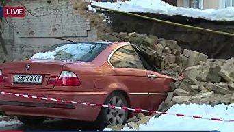 В центре Киева обвалилась стена между домами, повреждены 2 автомобиля