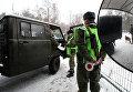 Российский пограничный наряд проверяет документы у пассажиров автомобиля. Архивное фото