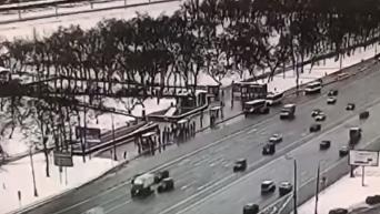 Момент наезда автобуса на пешеходов около станции метро «Славянский бульвар» в Москве