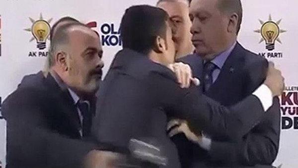 Мужчина попытался обнять Эрдогана вовремя выступления— Любовь по-турецки
