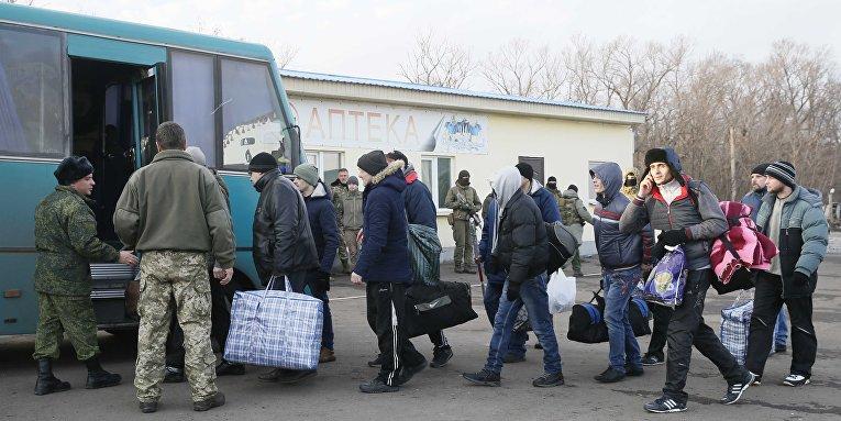 Военнопленные из ЛНР садятся в автобус для совершения  обмена пленными в Донецкой области