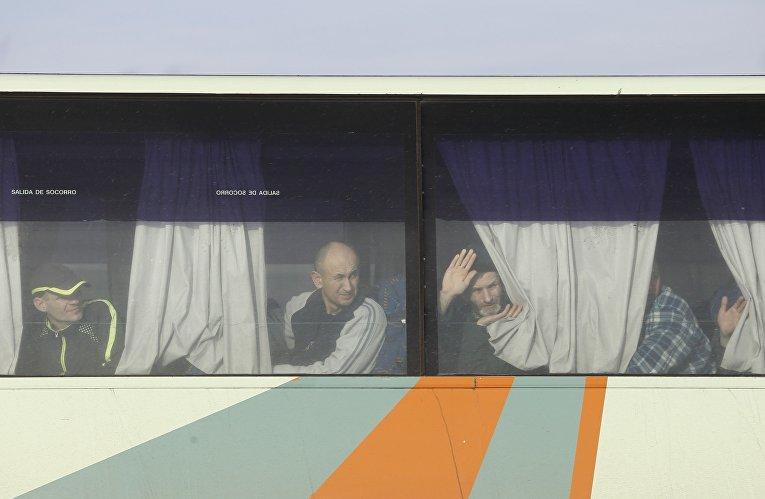 Военопленные из ЛНР и ДНР готовятся выходить из автобуса для обмена пленными в Донецкой области