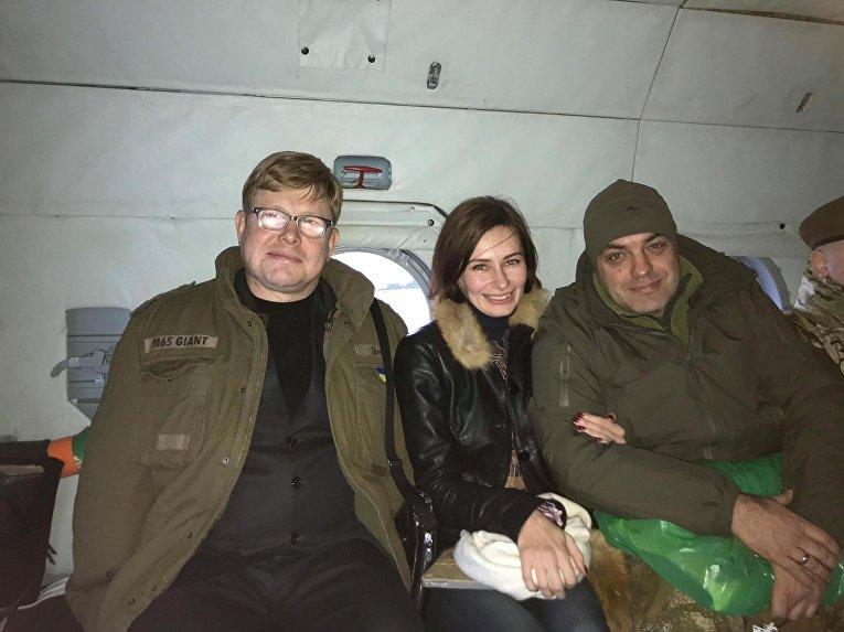 Освобожденные в 2016 году  Владимир Жемчугов и Мария Варфоломеева и Юрий Бирюков в боевом вертолете готовятся встречать пленных