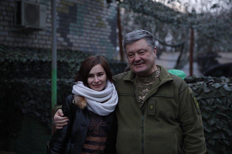 Освобожденная в 2016 году Мария Варфоломеева и Президент Украины Петр Порошенко