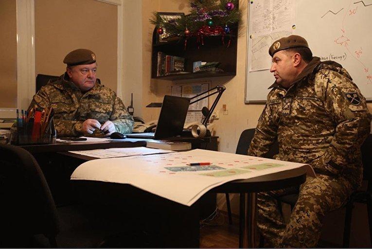 Петр Порошенко и Степан Полторак в штабе во время обмена пленными в Горловке