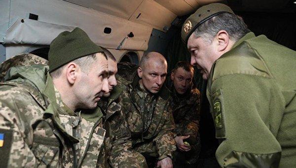 Появилось видео, как Порошенко встретил освобожденных украинцев