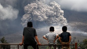 Мощное извержение вулкана на острове Суматра